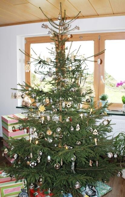 Kleine tiere im weihnachtsbaum